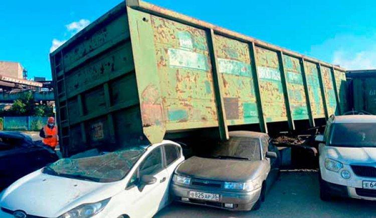 Сошедшими с рельсов вагонами в Череповце повредило четыре автомобиля