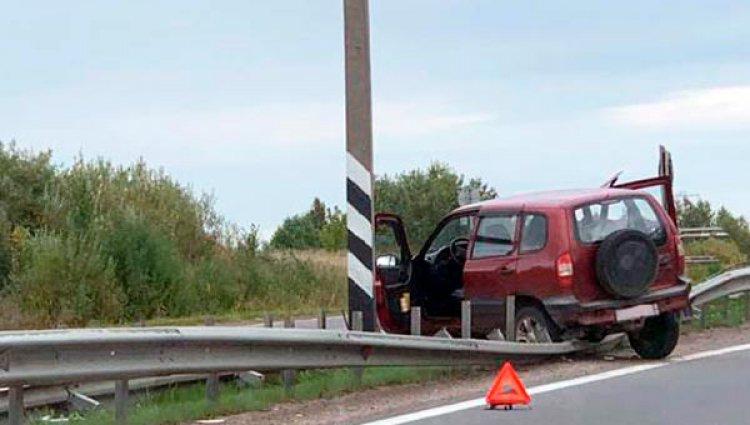 На выезде из Череповца водитель «Нивы» потерял управление и врезался в отбойник